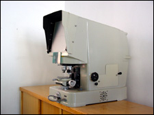 Low magnification projector