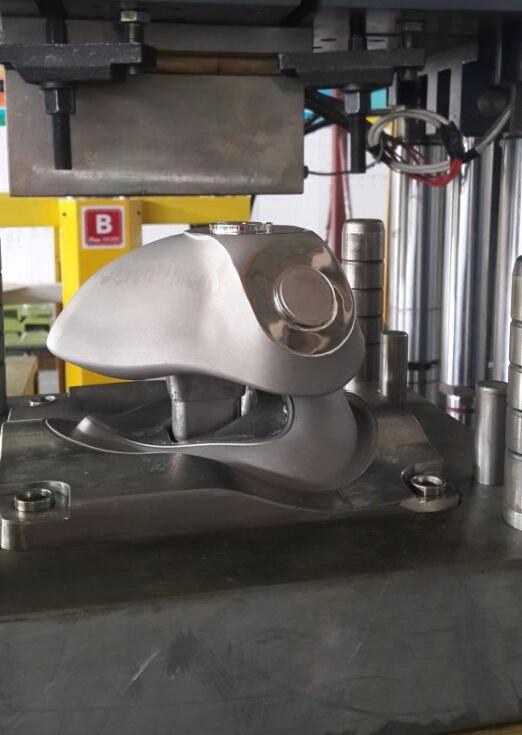 新一代智能平衡液态硅胶防毒面罩立式伺服注射成型机